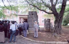 振武台記念館前に立つ筆者(中央)